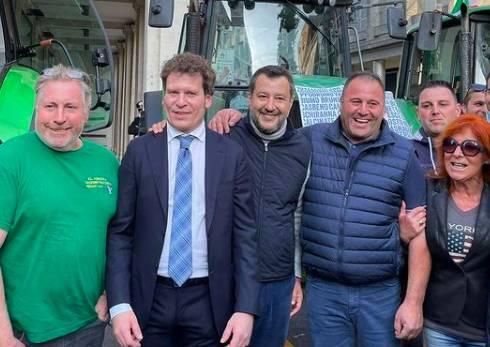 Trattori in piazza Monte Grappa per sostenere Matteo Bianchi