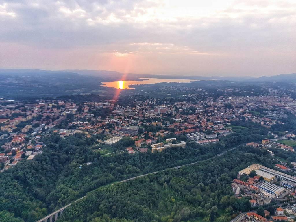 Varese, il lago, e il sole che tramonta