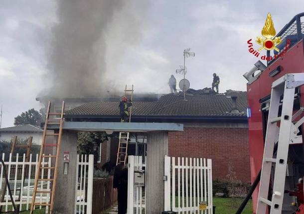 Villetta in fiamme a Somma Lombardo